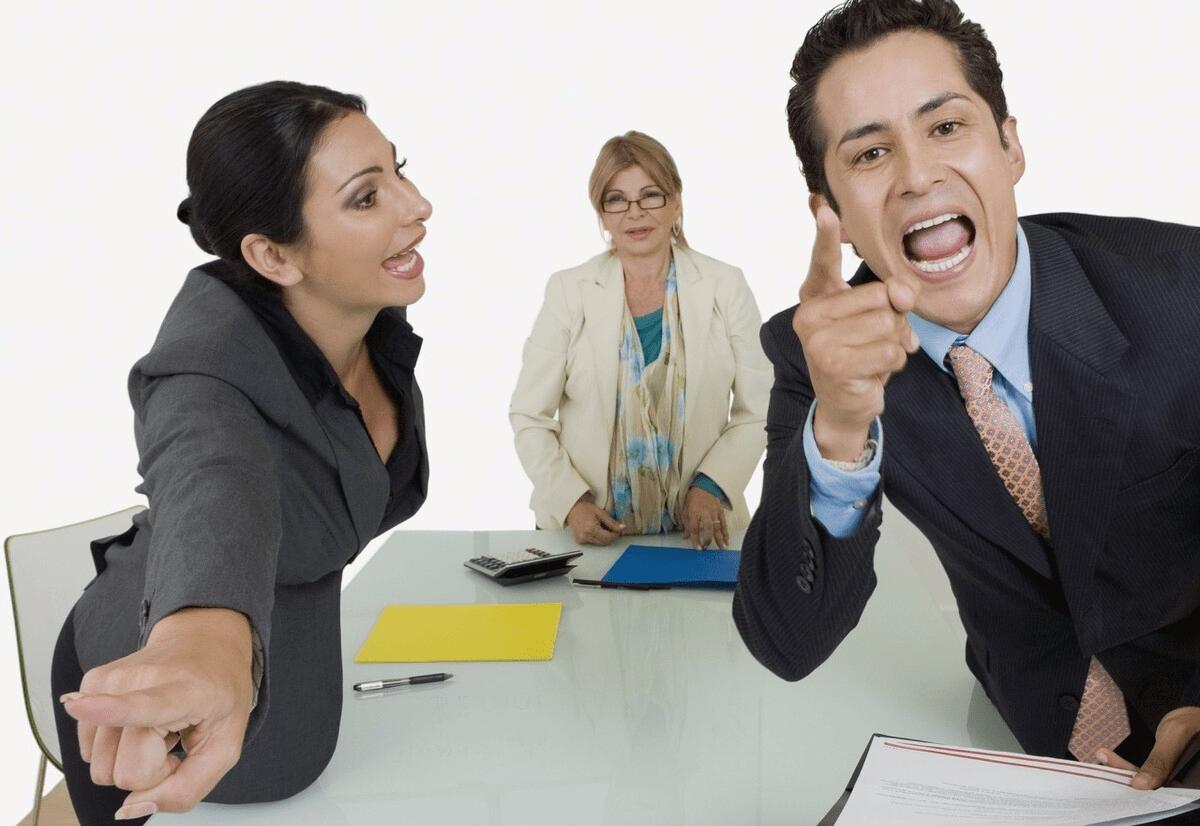 如果身边的同事彻底翻脸了,还能做到见面打声招呼吗? 同事见面不打招呼