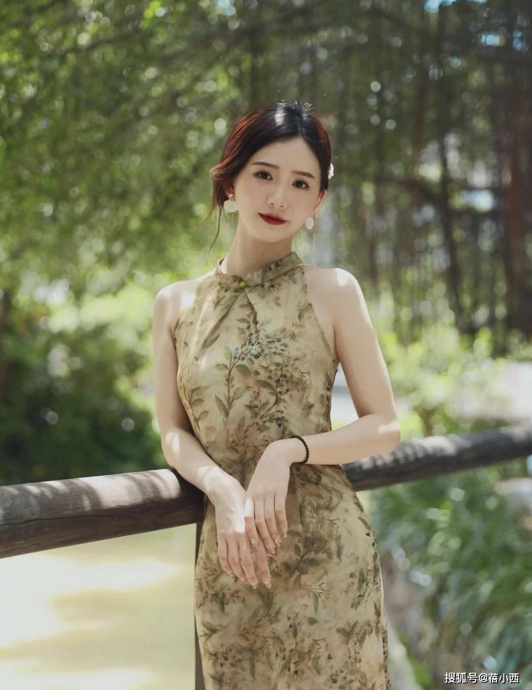 原创             日本媳妇林志玲又惊艳了我,穿紫色短旗袍亮相,不露也照样秀身材