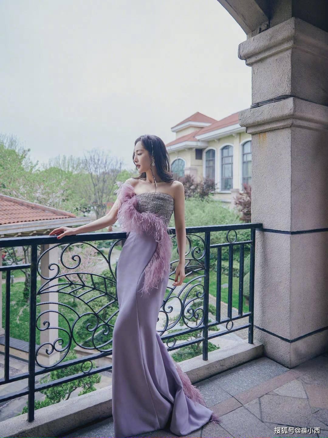 原创             真正有品味的女人穿衣一切从简,看周迅就知道,穿无袖裙简约高级