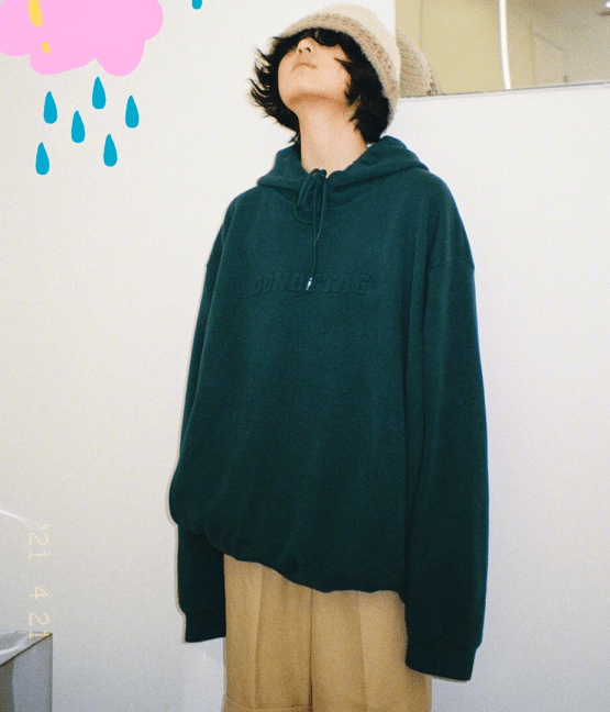张子枫素颜上综艺,卷毛配娃娃领衬衫太清新,体态变好少女感满分