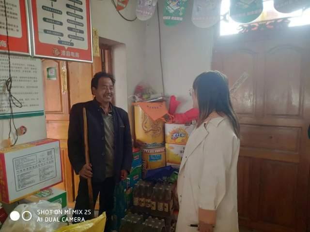 漳县电商公共服务中心工作人员对四族镇周家门村电商服务点进行依次走访