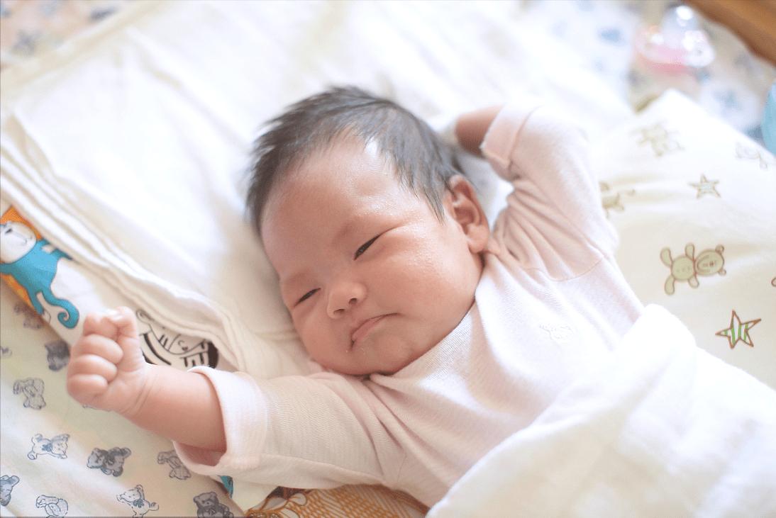 新生儿拍嗝有讲究,掌握4种方法和技巧,新手爸妈护理宝宝不发愁