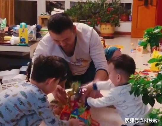 """""""游戏王奶爸""""带娃玩模型走红 小宝最后一个动作堪称""""完美""""-家庭网"""