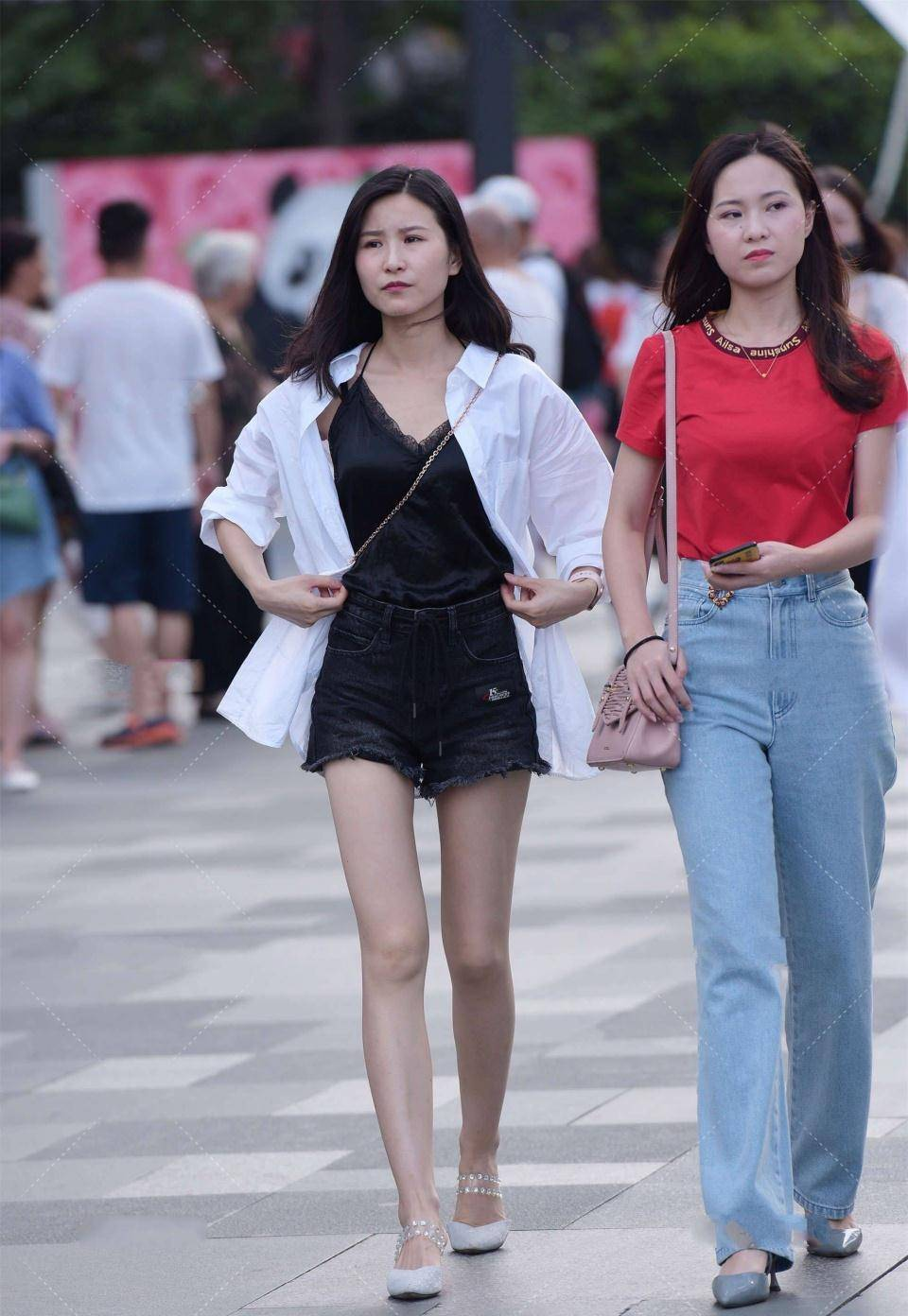 白衬衫内搭一件黑衣服,时髦而英俊,尽显女人味