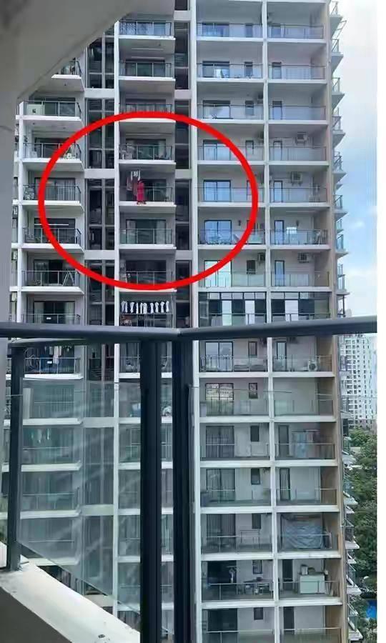 三亚一红衣女子,阳台外跳舞时坠楼身亡,警方称:房间内留有遗书