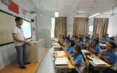 高中女教师走红,不仅颜值高,最吸引人的是她对教学工作的热情