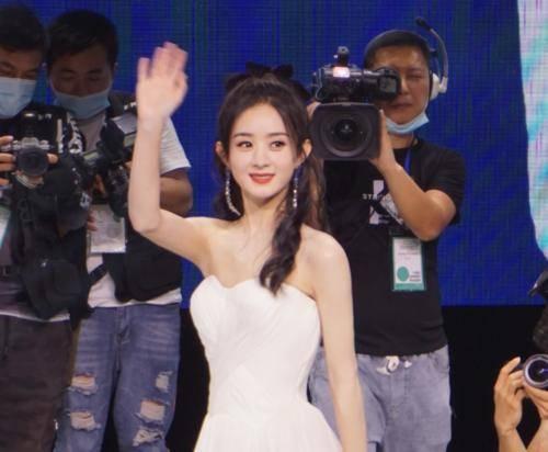 33岁赵丽颖现身西安见面会,粉丝晒出抓拍生图,暴露离婚后的状态                                   图1