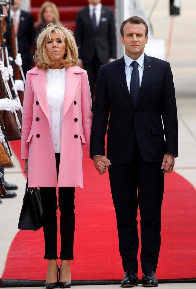 """法国夫人终于放弃""""鸡窝头"""",穿白西装裹了块头巾,意外显嫩不少                                   图3"""