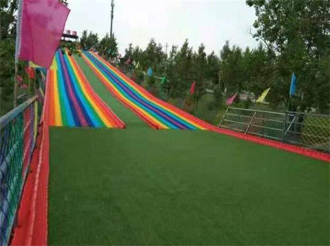 張北壩上草原香君閣農家院,能騎駱駝能玩滑翔傘,出遊方式真給力