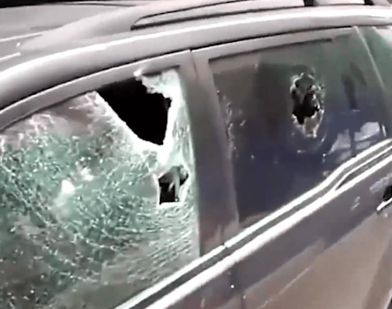 商鋪捲簾門上寫:停車打爛,車主不相信將車停門口,結果真被砸了