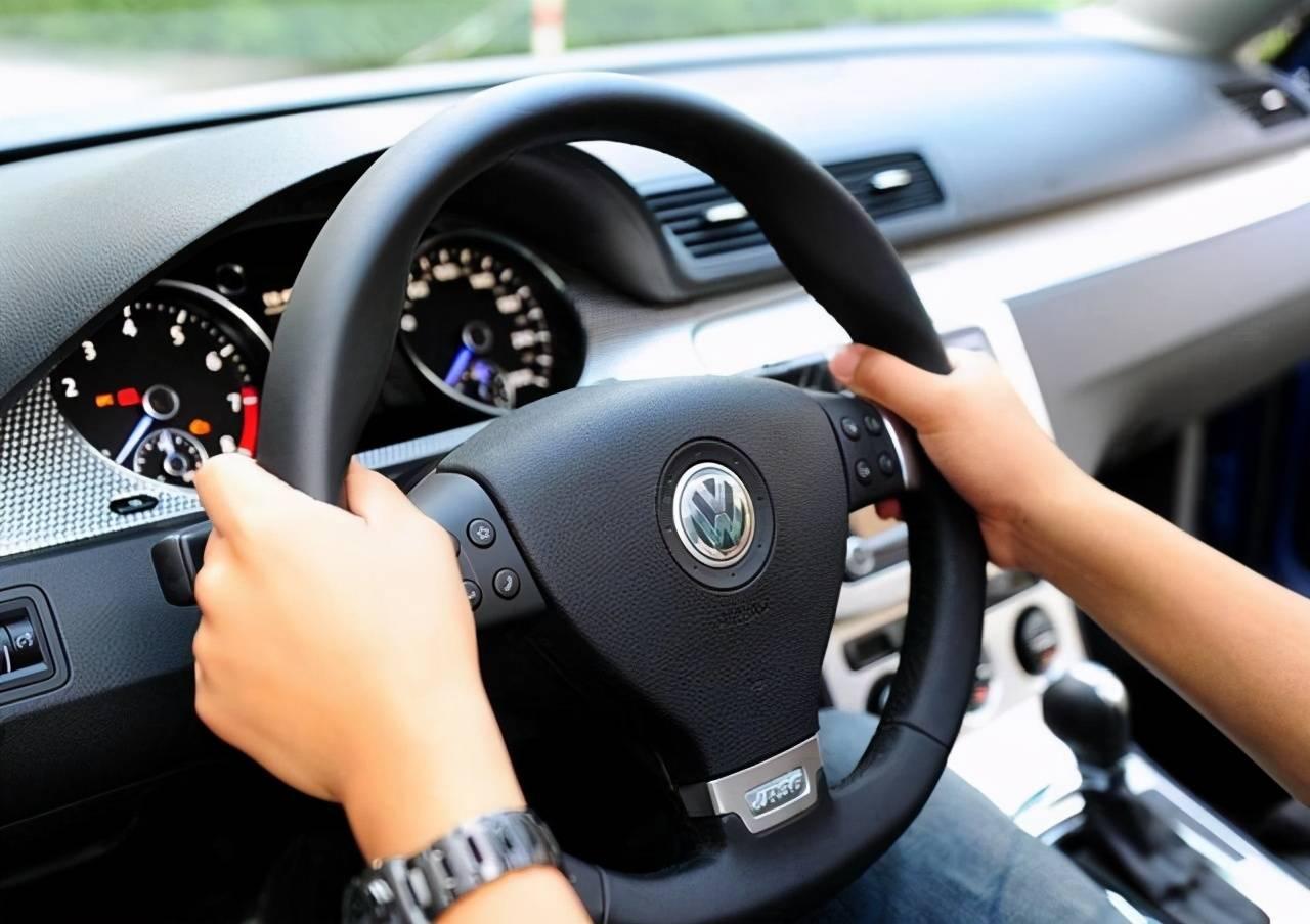 如何判斷方向盤有沒有回正?老司機:教你三招,一學便會