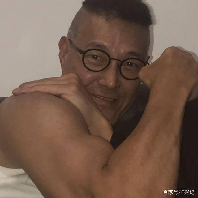 與任達華歐陽震華等罕見合影 年過60的元彪盧惠光身材依舊健碩