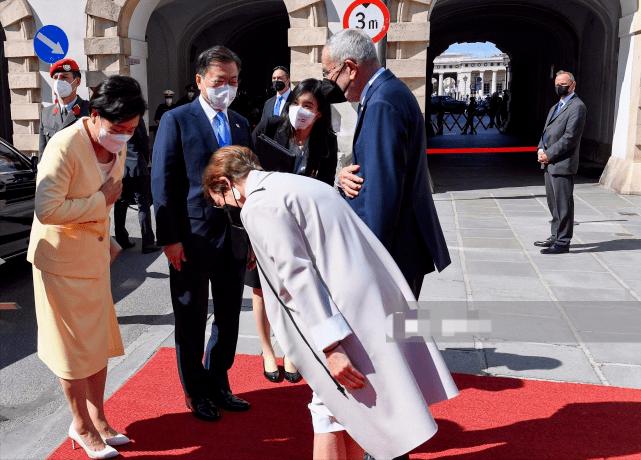 韩国第一夫人闪耀奥地利啦!一身嫩黄色,比奥地利夫人更有国母范