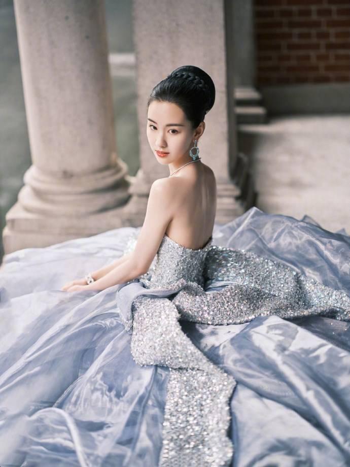 陈都灵:一身银色流光礼服裙太抢眼了,发髻造型显高贵端庄又浪漫