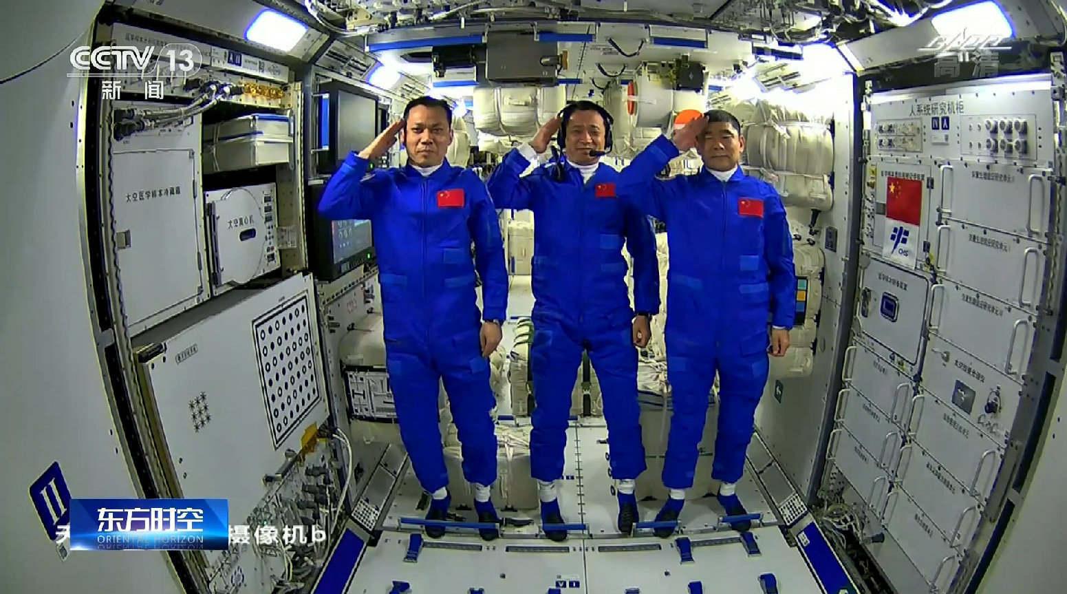 """原创             数亿人围观太空""""吃播"""",惊现多款国货产品,华为、小米抢镜!"""