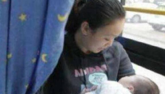 大巴車上男子嫌嬰兒太吵,讓其父母賠2000元,反而救了嬰兒一命