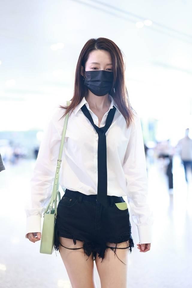 【李沁的机场时尚选择】李沁的短裤的造型搭配