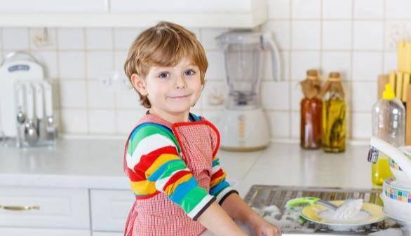 3歲女孩一個舉動讓網友紛紛點贊:都是爹媽平時教育的好