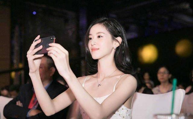 章澤天才是真優雅,白色吊帶裙配披肩發,「闊太範」十足