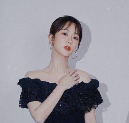 杨紫黑长直发型温柔可人,黑衣白裙穿出质感,凸显少女般的魅力
