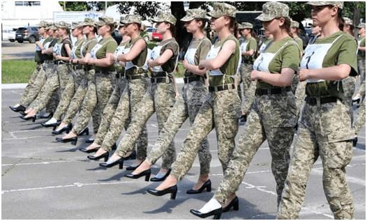 """乌克兰女兵穿高跟鞋为阅兵练正步,被指存在""""性别歧视和厌女症"""""""