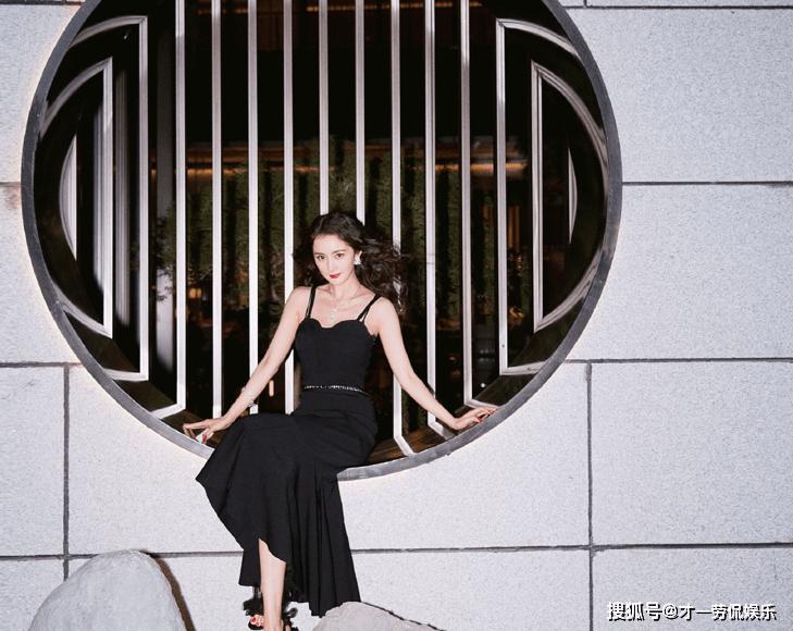 杨幂撞衫韩国女星金智妮,同为性感俏皮路线谁更胜一筹?