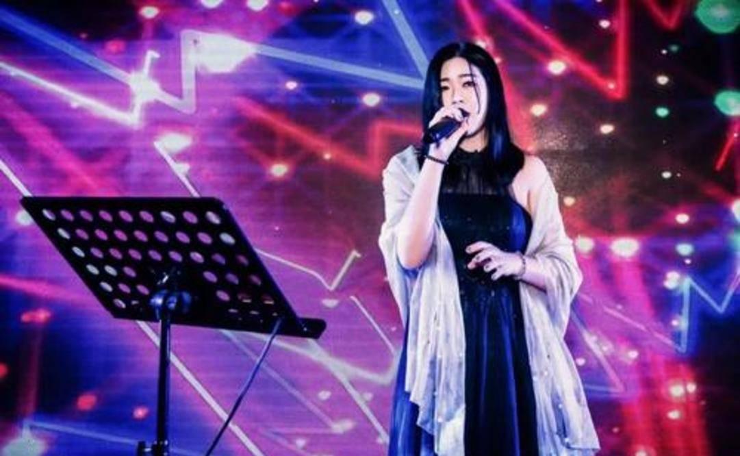 """从代言费1.3亿到县城卖唱,""""巨星""""吴莫愁,是如何一步步跌落的?"""