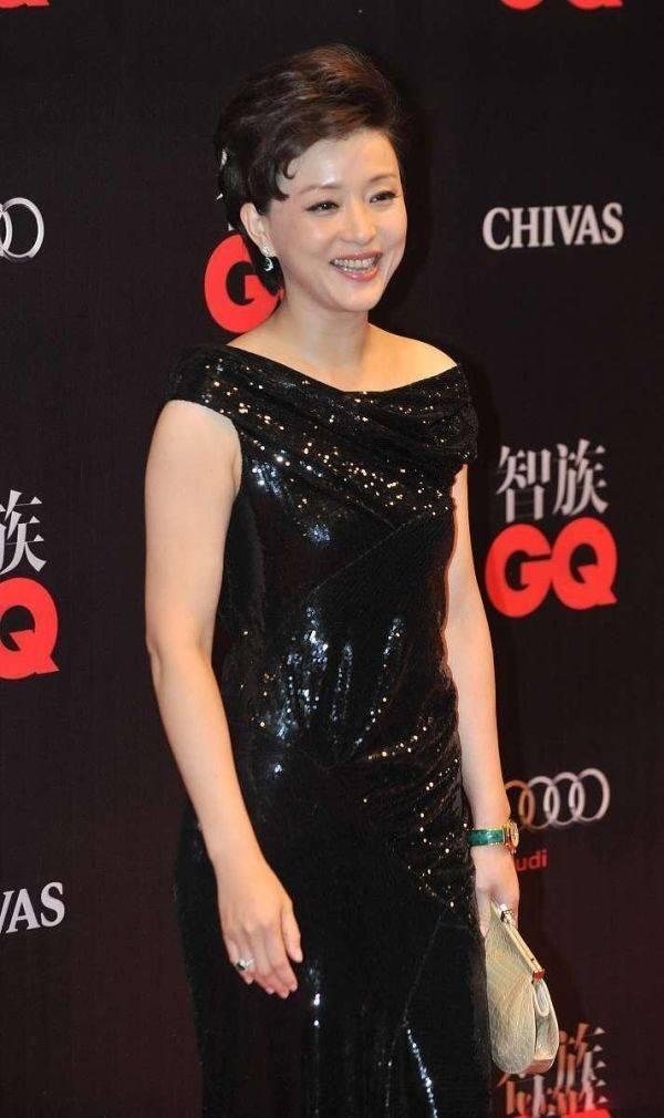 杨澜才是真正有气质的人,一袭黑色亮片连衣裙高贵优雅气质绝了