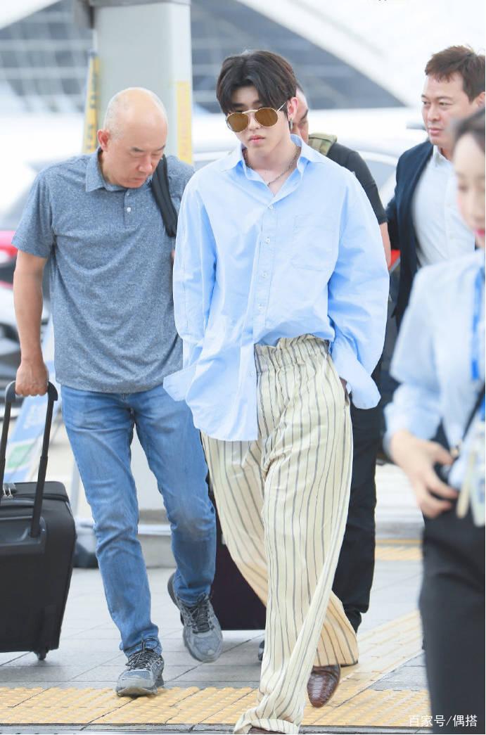 蔡徐坤好帅一男的!蓝色衬衫搭休闲裤 简约率性 但胖脸实力抢镜 爸爸 第7张