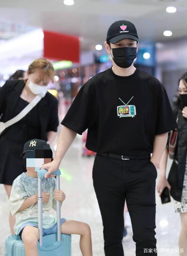 黄晓明带儿子去机场被拍!小海绵肤白腿长,一身潮牌价值上千