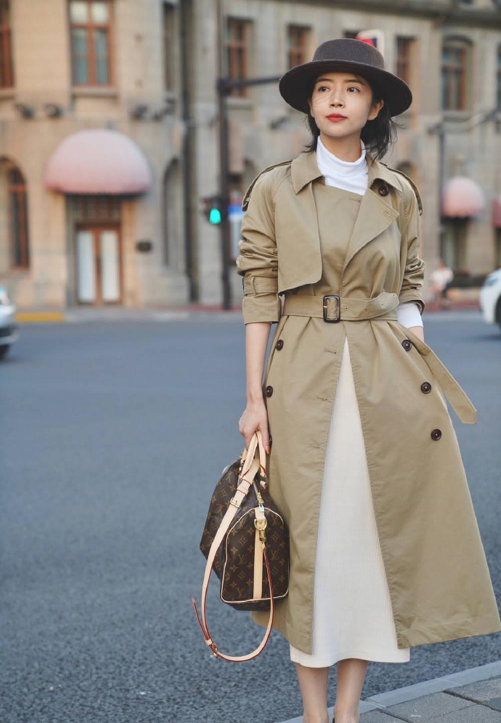 穿风衣别再搭阔腿裤了,今年流行三木的这6种穿法,时髦又显气质