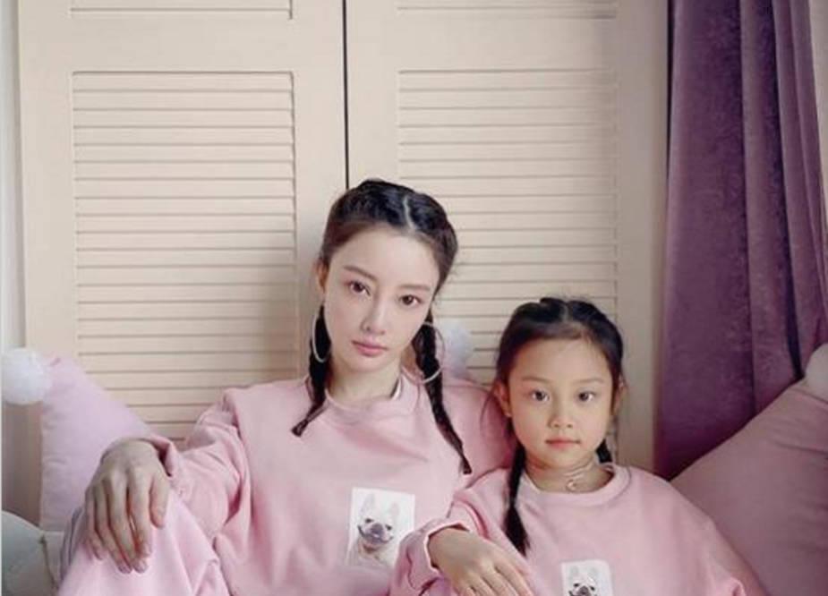 图片[6]-贾乃亮开车接女儿学舞蹈,甜馨大长腿身材优越,和爸爸一起心情好-番号都