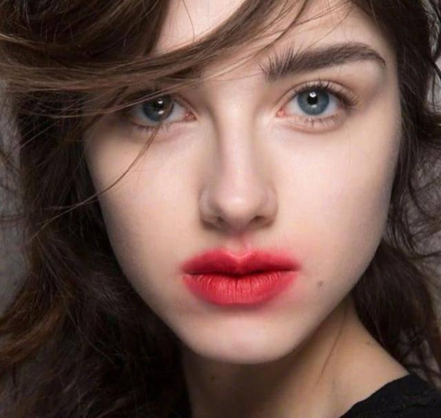 """戚薇关晓彤化同款""""激吻唇妆"""",一个野性美,一个像没擦干净嘴巴"""