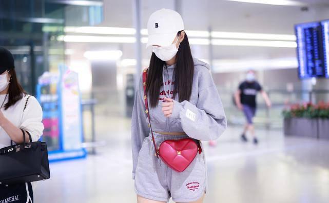 沈梦辰那叫一个青春洋溢,身着一套运动装走机场,还是少女模样!