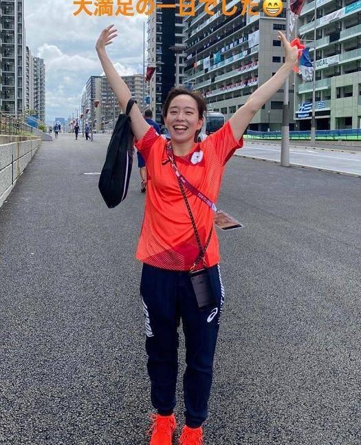 石川佳纯穿着红袜子,在奥运村试鞋!日本女乒队长,笑容甜美可爱_银河娱乐登录