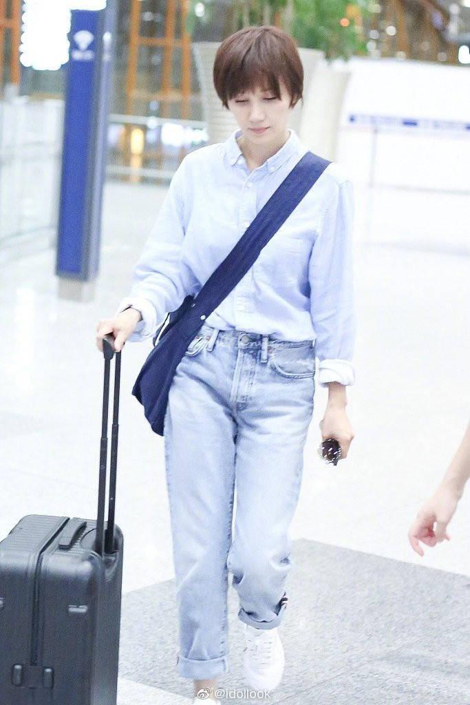 42岁袁泉现身机场,棉麻衬衫很复古素雅,素颜上镜难掩忧郁气质