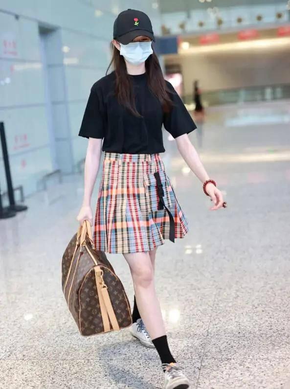 刘浩存学院风穿搭少女感十足,没想到却被手上的lv行李包实力抢眼