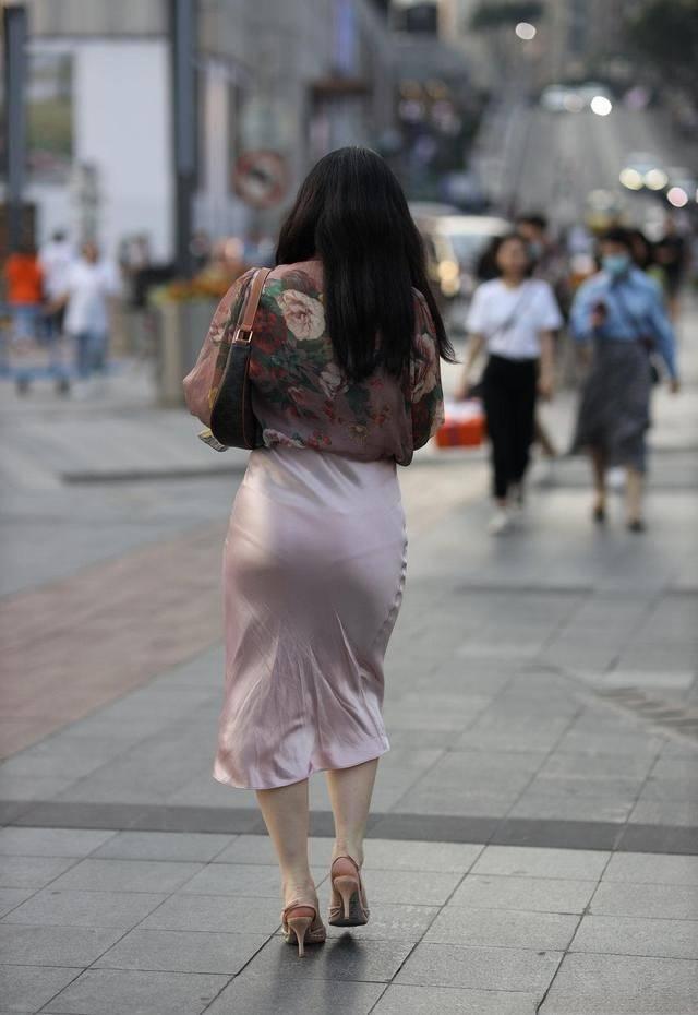"""""""连体瑜伽裤""""知道吗?另类穿法,时髦个性,一般女人都驾驭不了"""