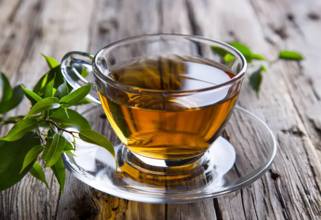 长期喝茶的人与只喝白开水的人相比,哪个更健康?  喝茶叶水吃辣片什么害处