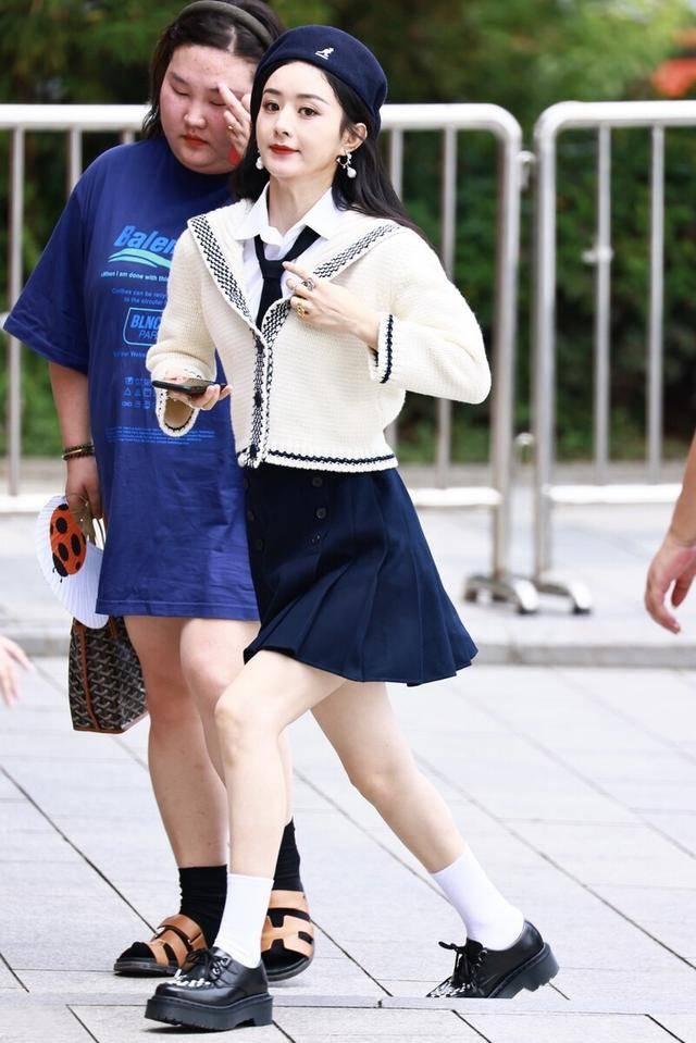 """赵丽颖""""生图""""状态真好,穿百褶裙打扮得像学生,白皙双腿更抢镜"""