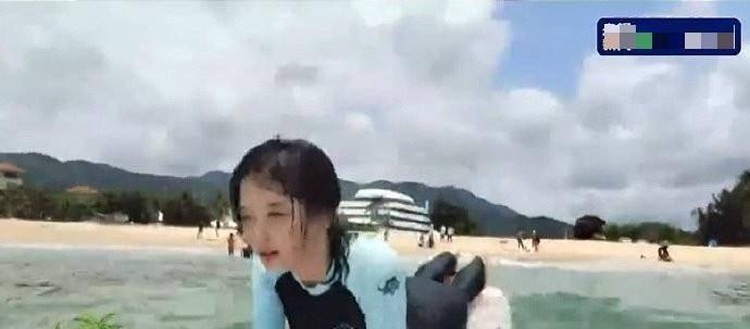 美女记者王冰冰首次冲浪!紧身衣造型身材尽显,素颜状态太能打