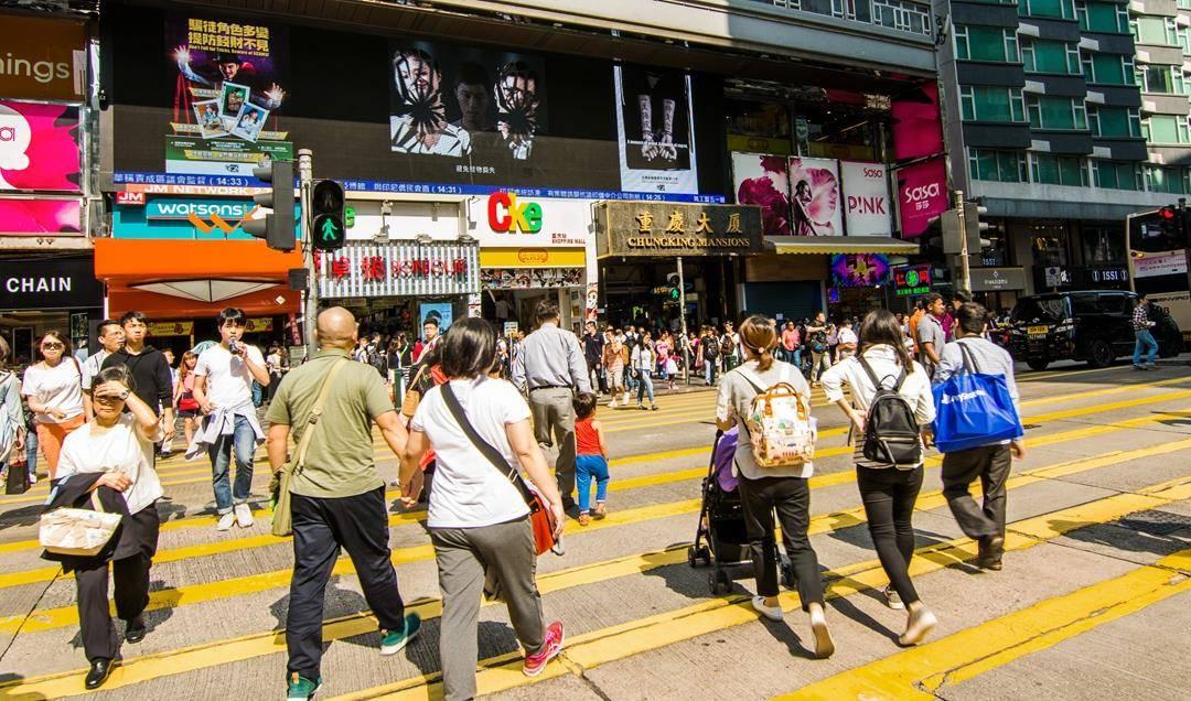 实拍香港街景,道路不宽,行人总是匆匆忙忙!