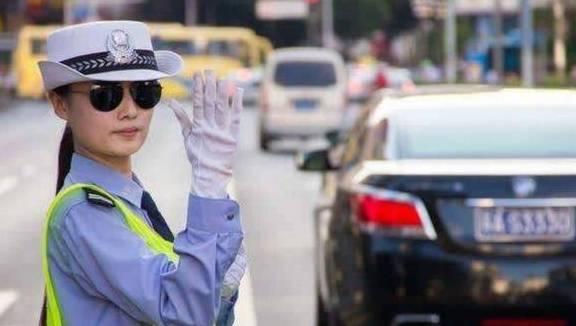 交警查车时,是根据什么来决定拦不拦下车?看完可算知道了!