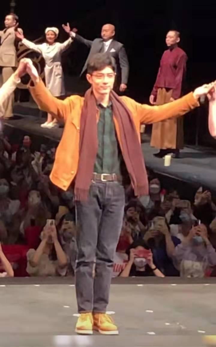 """《如梦之梦》杭州站好多粉丝穿旗袍,大喊""""生日快乐"""",肖战在台上回应好暖"""