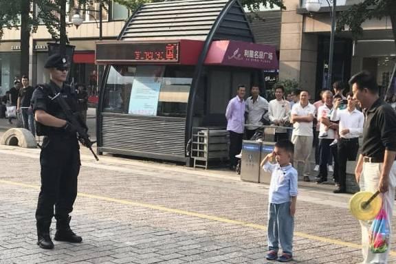 杭州西湖帅气特警执勤,萌娃立正敬礼,网友:从小就