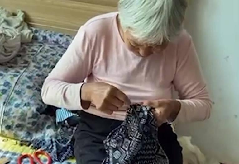 河北气温骤降,80岁太姥姥给重外孙做棉裤,随后重外孙表情亮了