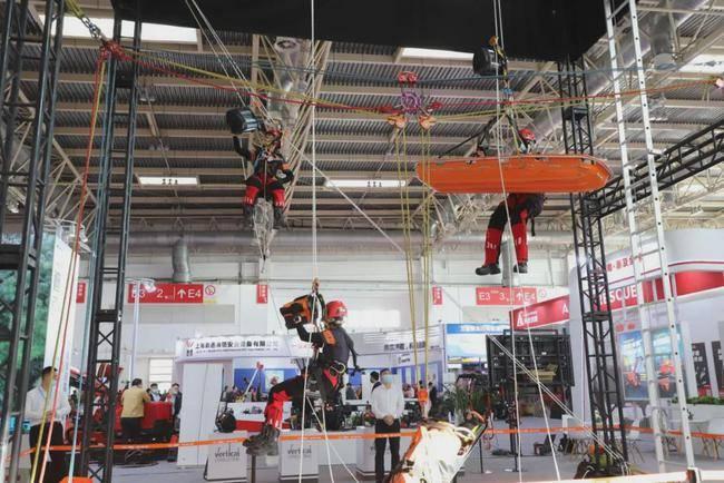 实拍消防展上高空救援 这款装备看着就很厉害!