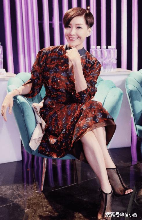 伍咏薇年过50还扮嫩,穿上粉色紧身裙摇身一变18岁,气质太惊艳