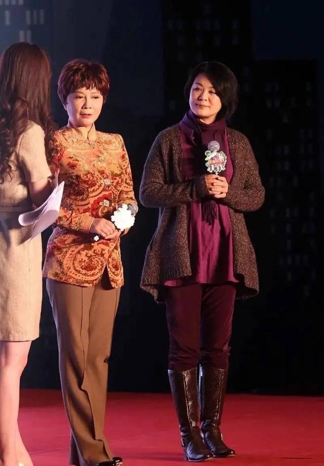 都是59岁的蔡明丛珊同台亮相,一个华丽一个朴素,看着不像同龄人纯色温柔