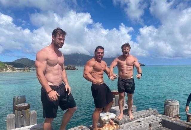 锤哥三兄弟罕见同框,大哥最矮三弟最高,网友:一家人基因太好了
